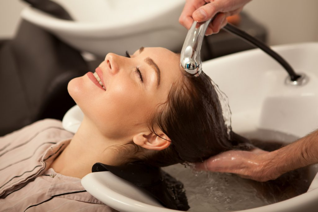 Spłukiwanie włosów z odżywki i szamponu